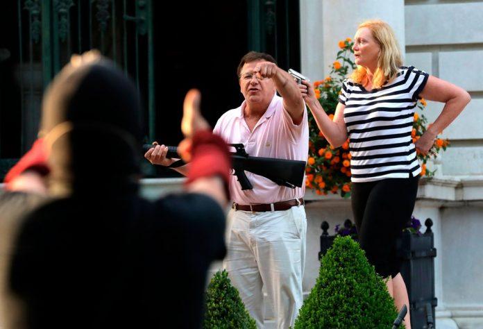 Durante protesto nos EUA, casal aponta armas para manifestantes; veja vídeo