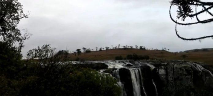 Homem morre ao cair de cachoeira enquanto tentava tirar foto