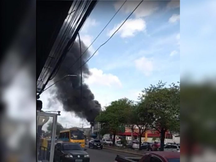 Incêndio é registrado em loja de colchões na avenida Autaz Mirim