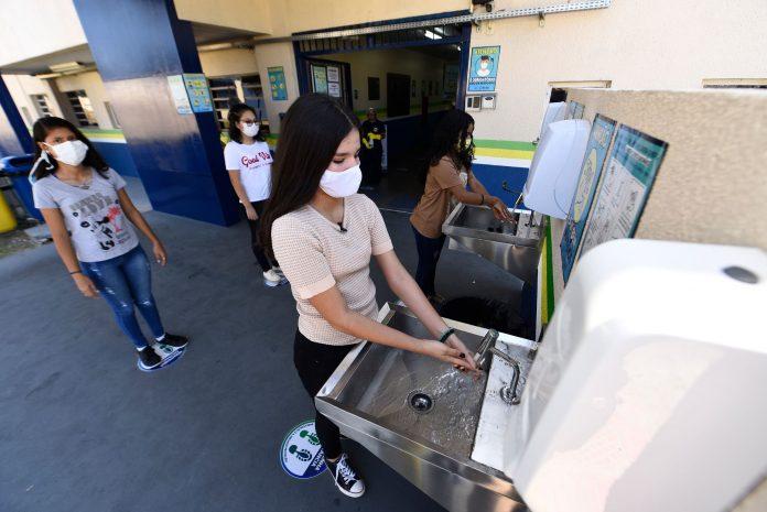 Mais de 900 pias são instaladas em escolas públicas de Manaus