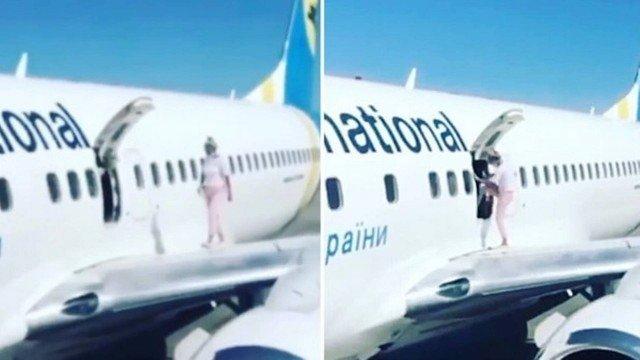 Vídeo: após reclamar de calor, passageira abre porta de emergência e vai até asa de avião
