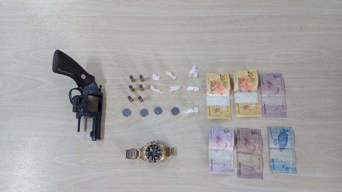 Jovem de 19 anos é preso com arma de fogo, dinheiro e drogas