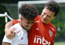 São Paulo publica foto de Tchê Tchê e Diniz abraçados após polêmica