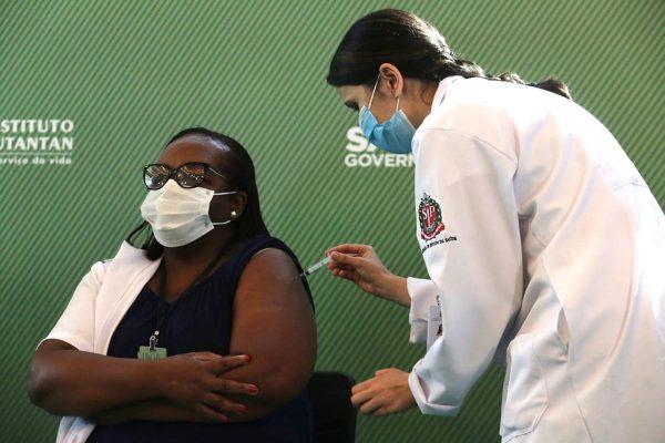 Enfermeira de São Paulo recebe a primeira dose da vacina contra covid-19 no Brasil