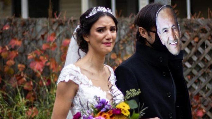 Mulher pede para desconhecido entrar com máscara do rosto do pai em seu casamento