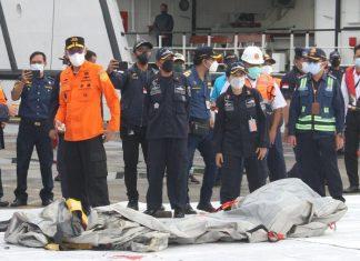Autoridades encontram corpos e destroços do boing 737 que caiu na Indonésia