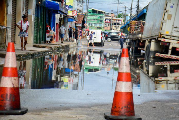 Cheia dos rios: Prefeitura de Manaus interdita trecho da rua dos Barés
