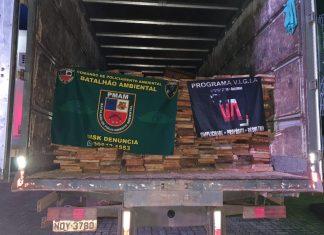 Policiais apreendem caminhão com madeira serrada no bairro Alvorada